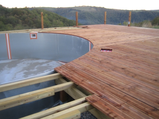 Decking / Platelage. Curving around the pool, things start to take shape...
