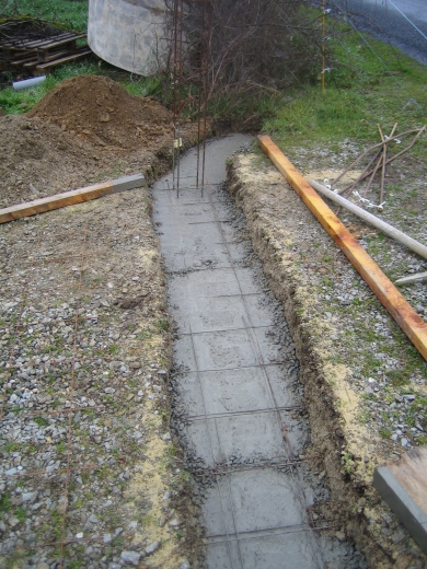 The two post bases are connected with reinforced concrete so they are fixed together.